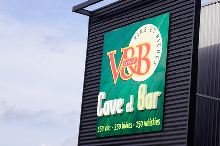 Bordeaux , Aquitaine / France - 10 23 2019 : v&b v and b bar and cellar sell wine vine beer shop and bar store logo sign Sajtókép