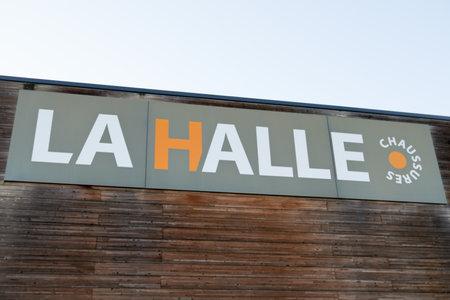 Bordeaux , Aquitaine / France - 12 04 2019 : La halle shop fashion family clothing sign logo store french brand company 報道画像