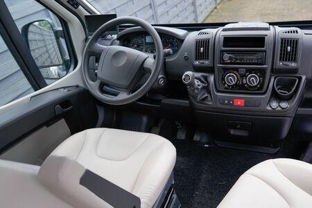 Détails intérieurs de van de voiture de luxe volant de tableau de bord noir