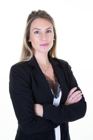 Portrait attraktive hübsche charmante süße fröhliche Geschäftsfrau, die verschränkte Arme isoliert auf weißem Hintergrund genießt Standard-Bild