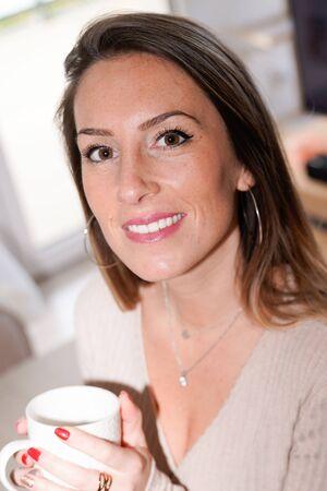Woman holding enjoy tea coffee mug at home Banque d'images - 138272437