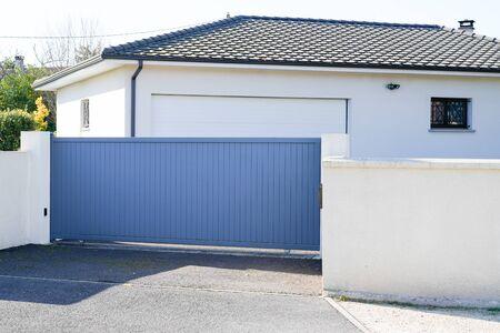 Automatisches Schiebetor graues modernes Haus