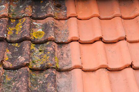 Confronto del tetto prima e dopo la pulizia della piastrella per idropulitrice ad alta pressione del lichene di muschio