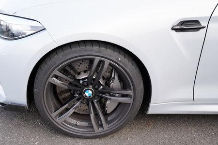 Bordeaux, Aquitanien/Frankreich - 02 02 2020: BMW m M2 Coupe Competition Auto Leichtmetallrad auf Autohaus Parkplatz Auto Sportfahrzeug Motorsport