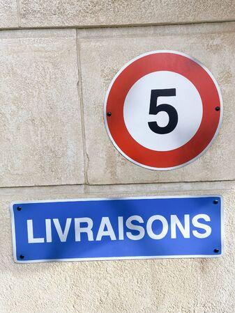 Panneau français livraisons signifie livraisons et panneau routier pour limiter la vitesse à 5 km/h Banque d'images