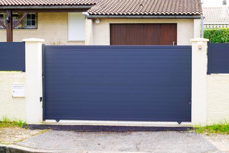 Portail de porte en aluminium de maison de banlieue
