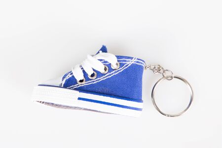 Key chain with blue mini basketball shoe miniature sneakers keychain Banque d'images