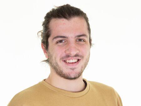 Portrait en studio d'un jeune homme confiant aux cheveux longs isolé sur fond blanc Banque d'images