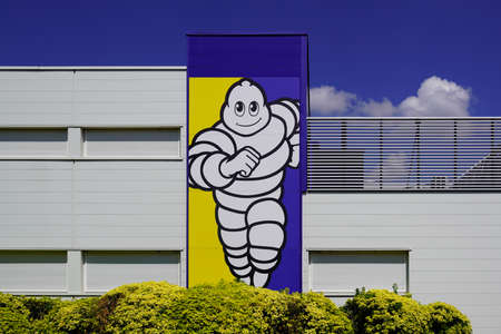 Bordeaux, Aquitaine / France - 07 30 2020: Michelin logo sign on headquarter of tire manufacturer based in Clermont-Ferrand in France Éditoriale
