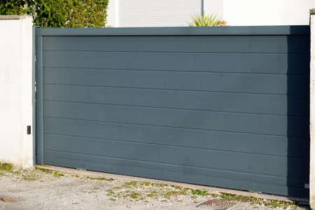 Aluminum gray metal sliding gate of suburb house Stockfoto
