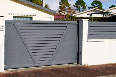 gray sliding gate of the detached house in suburb Stockfoto
