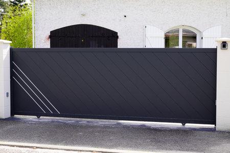 slide portal Aluminum gray paint metal gate house door of suburb home Stockfoto
