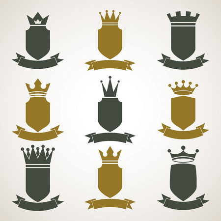 corona de reina: Her�ldicos ilustraciones blas�n real set - imperial capa decorativa a rayas de armas. Colecci�n de vectores de escudos con corona del rey y elegante de la cinta. Elemento Majestic, mejor para su uso en dise�o gr�fico y web. Vectores