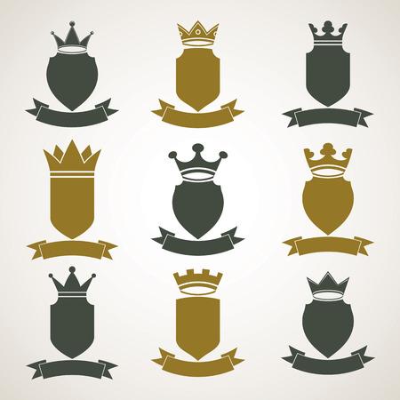 escudo de armas: Her�ldicos ilustraciones blas�n real set - imperial capa decorativa a rayas de armas. Colecci�n de vectores de escudos con corona del rey y elegante de la cinta. Elemento Majestic, mejor para el uso en el dise�o gr�fico y web.