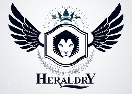 winged lion: emblema con clase hecha con la decoración de las alas del águila, ilustración león salvaje y símbolos corona real. Vector del escudo de armas heráldico. Vectores