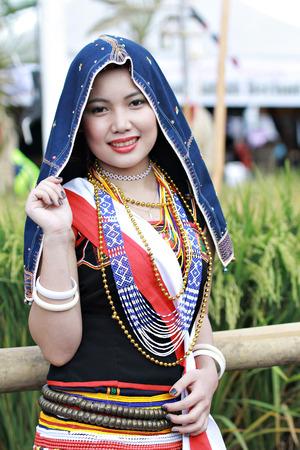 コタ キナバルのサバ州の州収穫祭 Celeberation 中探しコタキナバル マレーシア 2015 年 5 月 30 日: A ドゥスン Tobilung 女性ポーズ。 報道画像