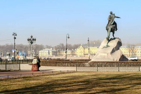 uomo a cavallo: SAINT-PETERSBURG, RUSSIA - 17 marzo 2015. Il cavaliere di bronzo letteralmente in russo: Rame cavaliere � una statua equestre di Pietro il Grande a San Pietroburgo, in Russia.