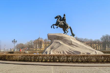 uomo a cavallo: SAINT-PETERSBURG, RUSSIA - 17 marzo 2015. Il cavaliere di bronzo letteralmente in russo: Rame cavaliere è una statua equestre di Pietro il Grande a San Pietroburgo, in Russia.