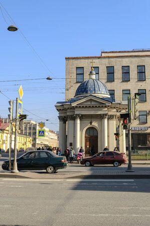 semaforo peatonal: SAN PETERSBURGO, Rusia - 17 de marzo de 2015. Capilla de la Santa Catedral de la Trinidad Izmailovo en San Petersburgo Editorial