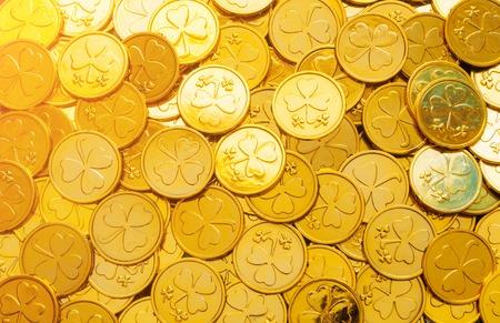 Contexte de la Saint-Patrick. Pièces d'or avec trèfle, concept de la Saint-Patrick. Carte de fête de la Saint-Patrick