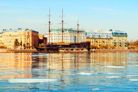 Saint-Pétersbourg, Russie - 5 avril 2019. Quai de Mytninskaya et bâtiments de la ville le long de la rivière Neva avec Flying Dutchman - restaurant sur l'eau à Saint-Pétersbourg, en Russie. Paysage de la ville de printemps