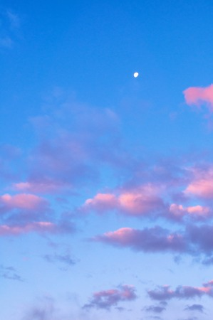 Sunset sky background with pink, purple and blue dramatic colorful clouds - vast sunset sky landscape Stock fotó