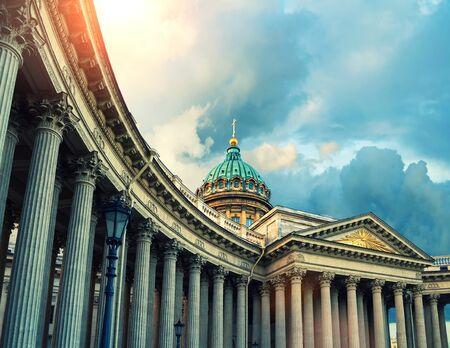 Sobór Kazański w Sankt Petersburgu, Rosja. Kopuła i kolumnada katedry kazańskiej w Sankt Petersburgu w wieczornym słońcu. Zastosowano miękki filtr. Architektura krajobrazu punktu orientacyjnego Petersburga