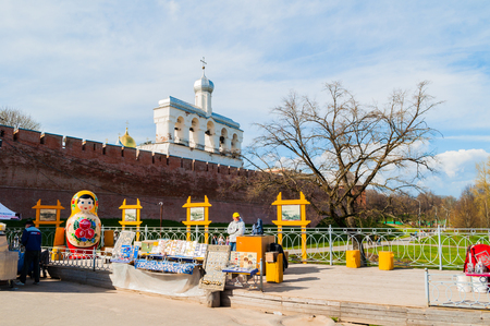 Veliky Novgorod, Russia -May 2, 2018. Belfry of St Sophia cathedral with big colorful Russian doll matrioshka on the foreground and souvenirs in Veliky Novgorod, Russia Redactioneel