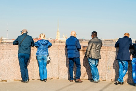 St Petersburg, Russia - April 5, 2019. Tourists watching the Peter and Paul fortress at the bank of the Neva river in Saint Petersburg Russia 新聞圖片