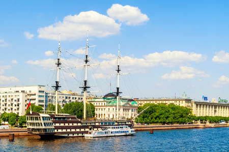 St Petersburg, Russia - June 6, 2019.Petrovsky embankment, Neva river and frigate Grace in St Petersburg, Russia. Summer city landscape 新聞圖片