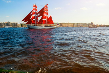 St Petersburg, Russia - June 6, 2019. Swedish brig Tre Kronor with Scarlet sails on the Neva river. Scarlet Sails is the Russian holiday of school graduates, celebrated in St Petersburg every year 報道画像