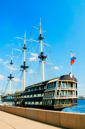 St Petersburg, Russia - June 6, 2019. The Neva river and frigate Grace in St Petersburg, Russia.Frigate is a historical reconstruction of the three-Decker ships of the XVIII century 新聞圖片