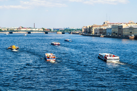 St Petersburg, Russia - June 6, 2019. Water area of the Neva river and floating touristic sailboats in St Petersburg, Russia. Travel landscape of St Petersburg 新聞圖片