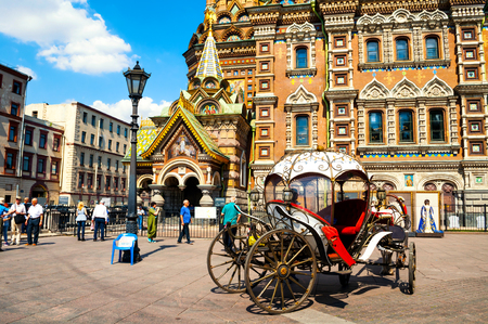 St Petersburg, Russia - June 6, 2019. Downtown of St Petersburg, Russia. Horse carriage near Spilled blood cathedral in St Petersburg Russia. City landscape Zdjęcie Seryjne - 124999732