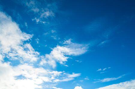Fond de ciel dramatique bleu - nuages colorés éclairés par la lumière du coucher du soleil du soir. Vaste scène de paysage de ciel