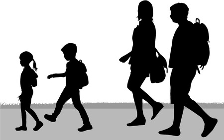Famiglia silhouette in una passeggiata.
