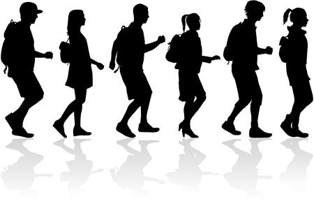 Sylwetka ludzi na spacerze.