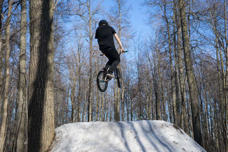 athlete jumping dirt jumping on bmx in winter Banco de Imagens - 150903042