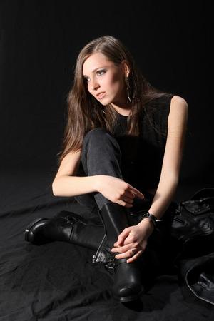 rocker girl: chica rockera con la guitarra en fondo negro