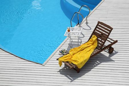 plage chaise longue près de la piscine sur les tableaux blancs