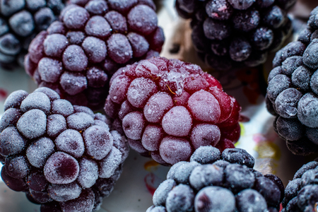 Isolated frozen blackberry with raspberry - macro Banque d'images - 121253128