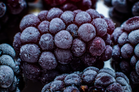 Isolated frozen blackberry with raspberry - macro Banque d'images - 121253132
