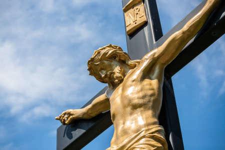 Close-up van een standbeeld van Jezus op een kruisbeeld met de INRI perkament