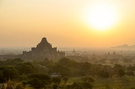 weald: Dahmmayan Gyi Phaya in the mist  Bagan  Myanmar  Stock Photo