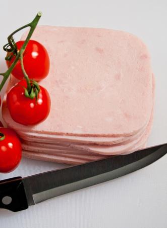 сократить ветчина бутерброд с помидорами и нож на борту Фото со стока