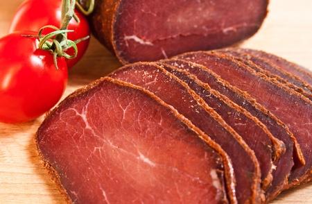 Мясо вкусное бастурма на дереве с вишней Фото со стока