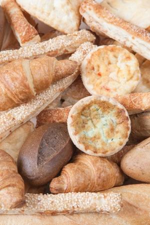 различные мелкие хлеб и булочки по дереву