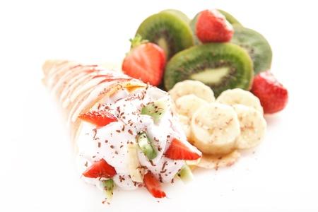 Прокат тонкие блины со сладкими сливками и фруктами