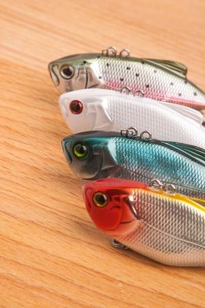 приманки для рыбалки - различные воблер на светлое дерево