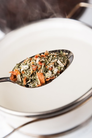 приправы в ложке для приготовления супа в горшке с паром Фото со стока